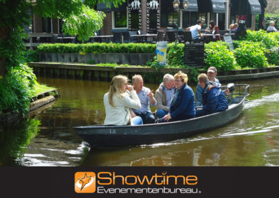 Teamuitje bootje varen Giethoorn it's SHOWTIME Evenementenbureau